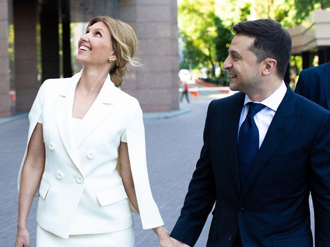 Образ дня: Елена Зеленская в белом костюме от украинского дизайнера-Фото 1