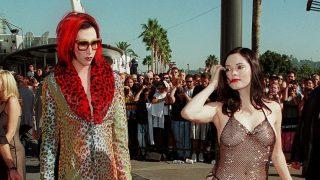 Роуз МакГоуэн рассказала о своем легендарном «голом» платье: «Это был призыв к действию»-320x180