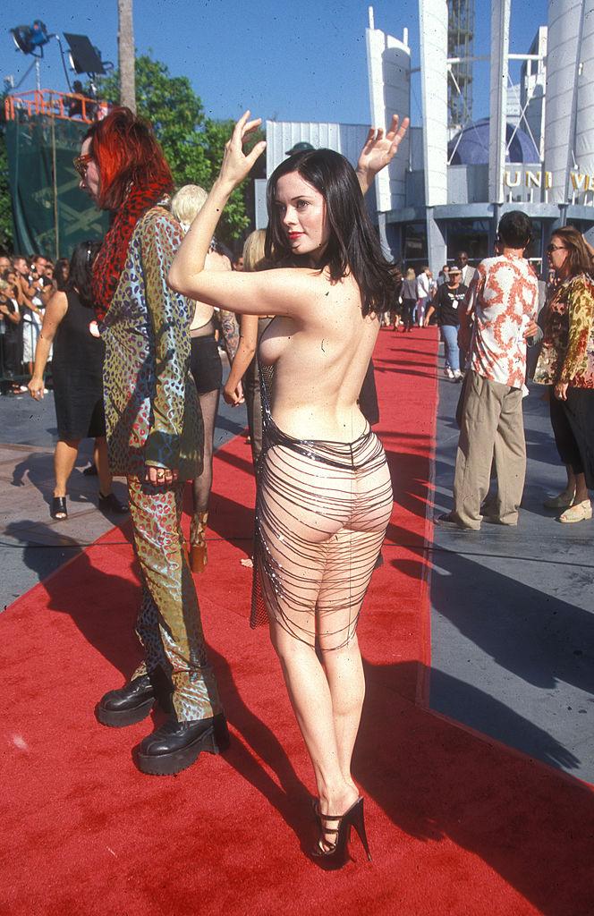 Роуз МакГоуэн рассказала о своем легендарном «голом» платье: «Это был призыв к действию»-Фото 2