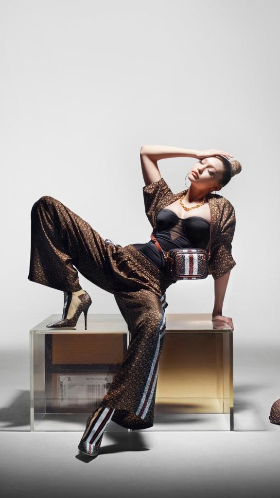 Многоликость: Джиджи Хадид в новой рекламной кампании Burberry-Фото 3