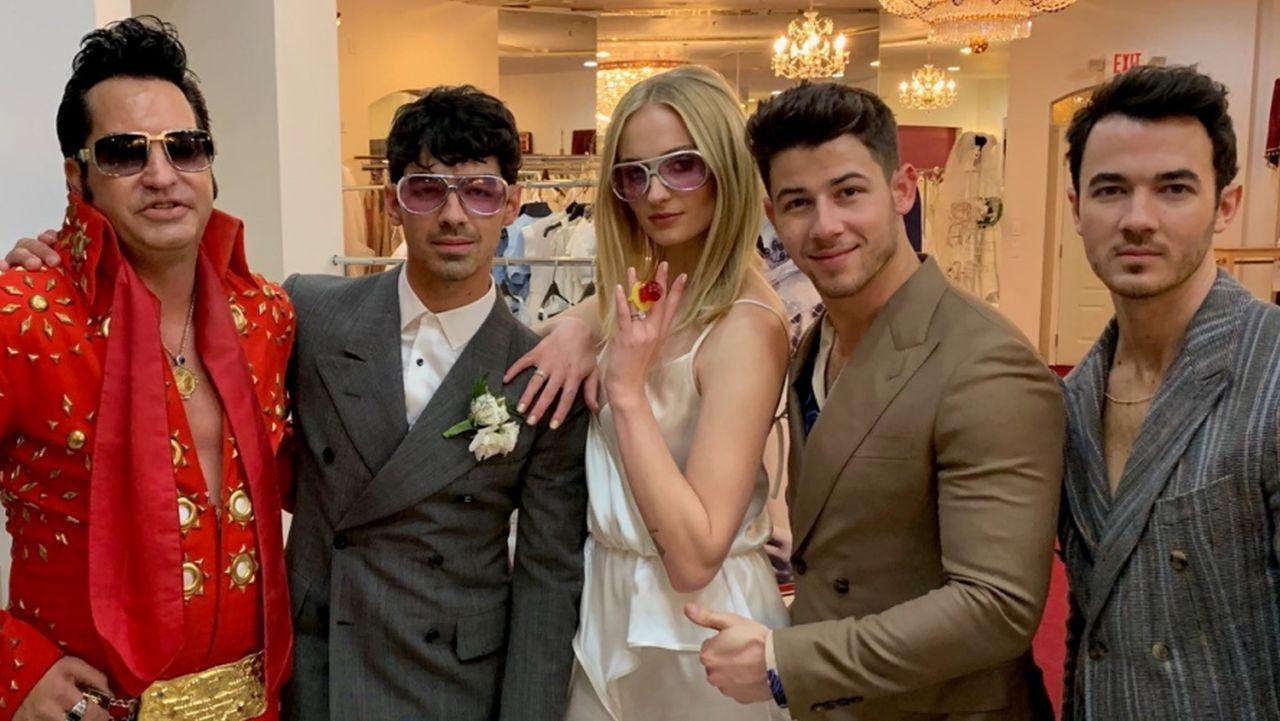 Софи Тернер вышла замуж в комбинезоне BEVZA-Фото 1