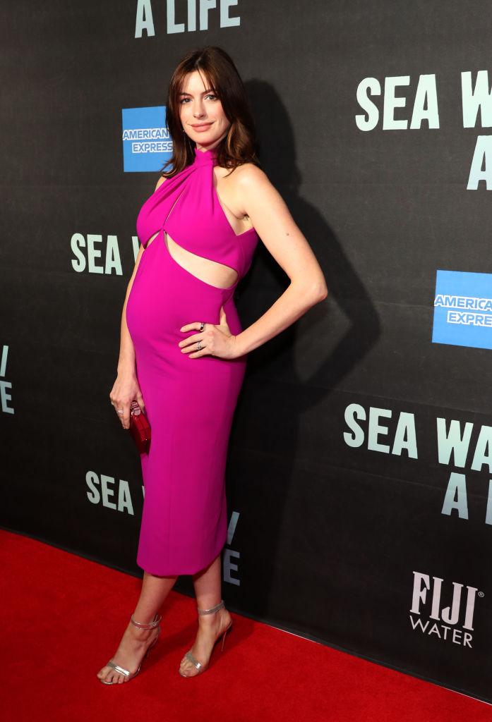 Образ дня: беременная Энн Хэтэуэй в платье цвета фуксии-Фото 1