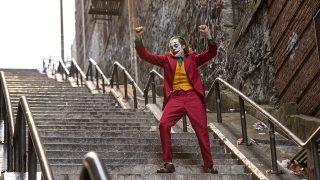Жуткая улыбка Хоакина Феникса в финальном трейлере «Джокера»-320x180