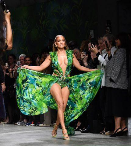 Дженнифер Лопес закрыла показ Versace в легендарном платье-430x480
