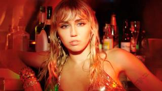 Опять о Лиаме? Майли Сайрус выпустила клип на песню «Slide Away»-320x180