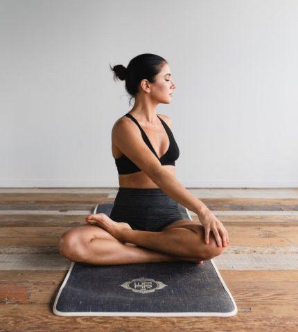 10 поз в йоге, с которыми вы забудете о бессоннице-430x480