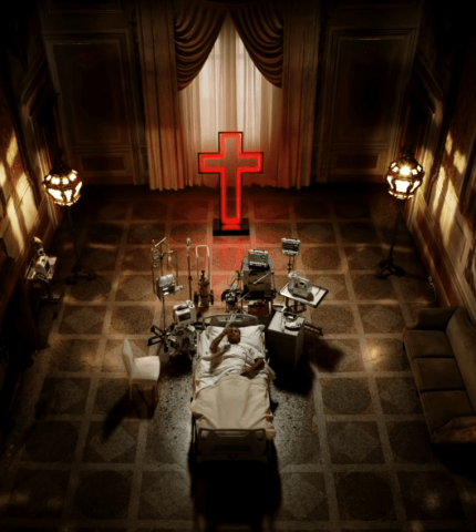 Возвращение Джуда Лоу в трейлере сериала «Новый Папа»-430x480