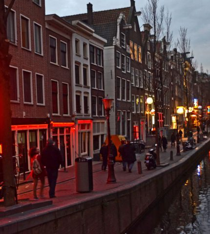 Амстердам избавится от «улицы красных фонарей»-430x480