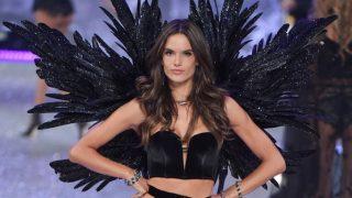 Пранкер на показе Chanel и отмена шоу Victoria's Secret: главные модные скандалы 2019 года-320x180