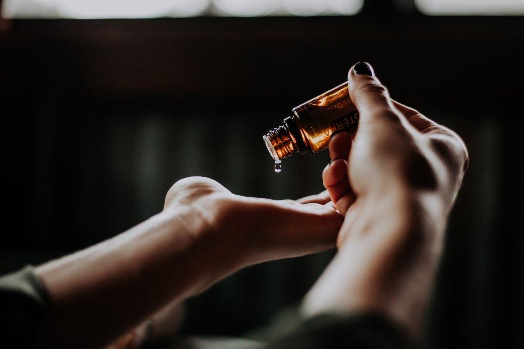 Эфирные масла, которые помогут побороть чувство тревожности-Фото 1