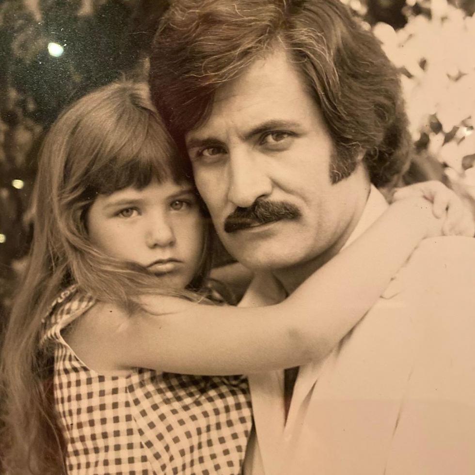 Дженнифер Энистон опубликовала трогательный архивный снимок с отцом-Фото 1