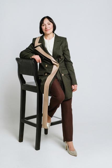 Элегантный возраст: стильные новогодние образы для женщин 50+-Фото 3