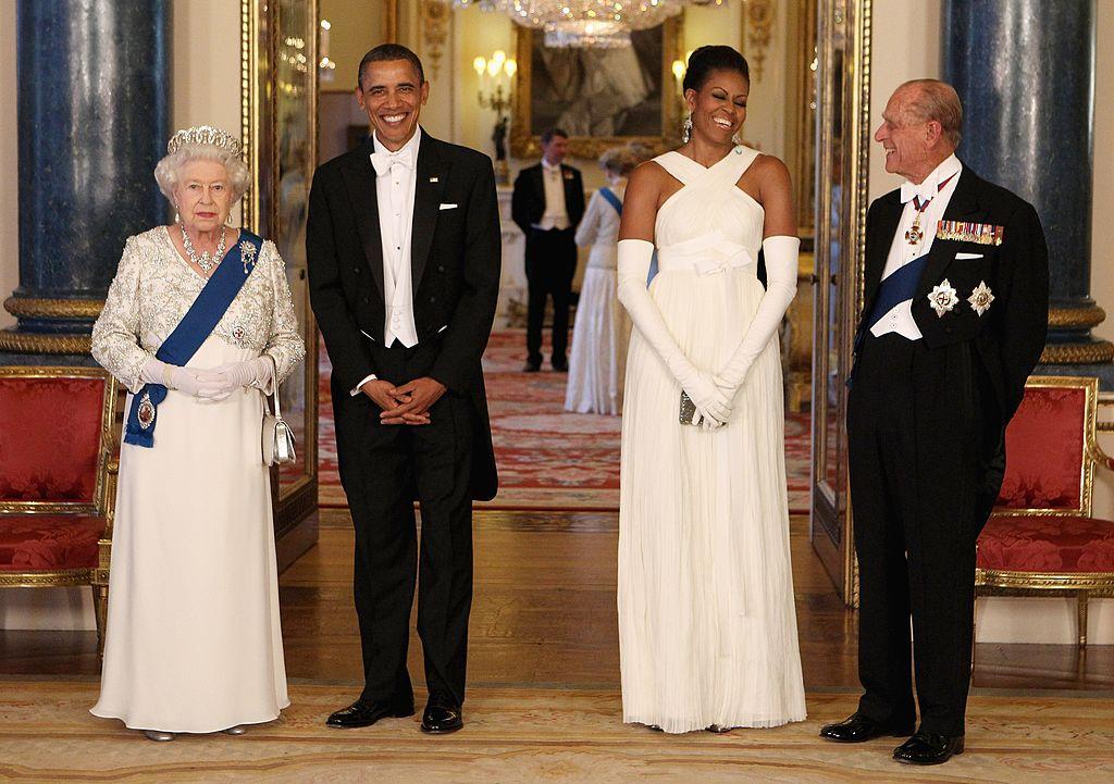 Звезды, которые нарушили правила этикета во время встречи с королевой Елизаветой II-Фото 2