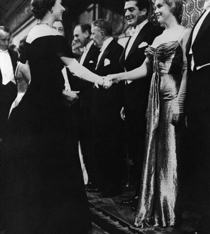 Звезды, которые нарушили правила этикета во время встречи с королевой Елизаветой II-430x480