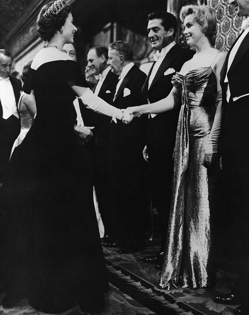 Звезды, которые нарушили правила этикета во время встречи с королевой Елизаветой II-Фото 5