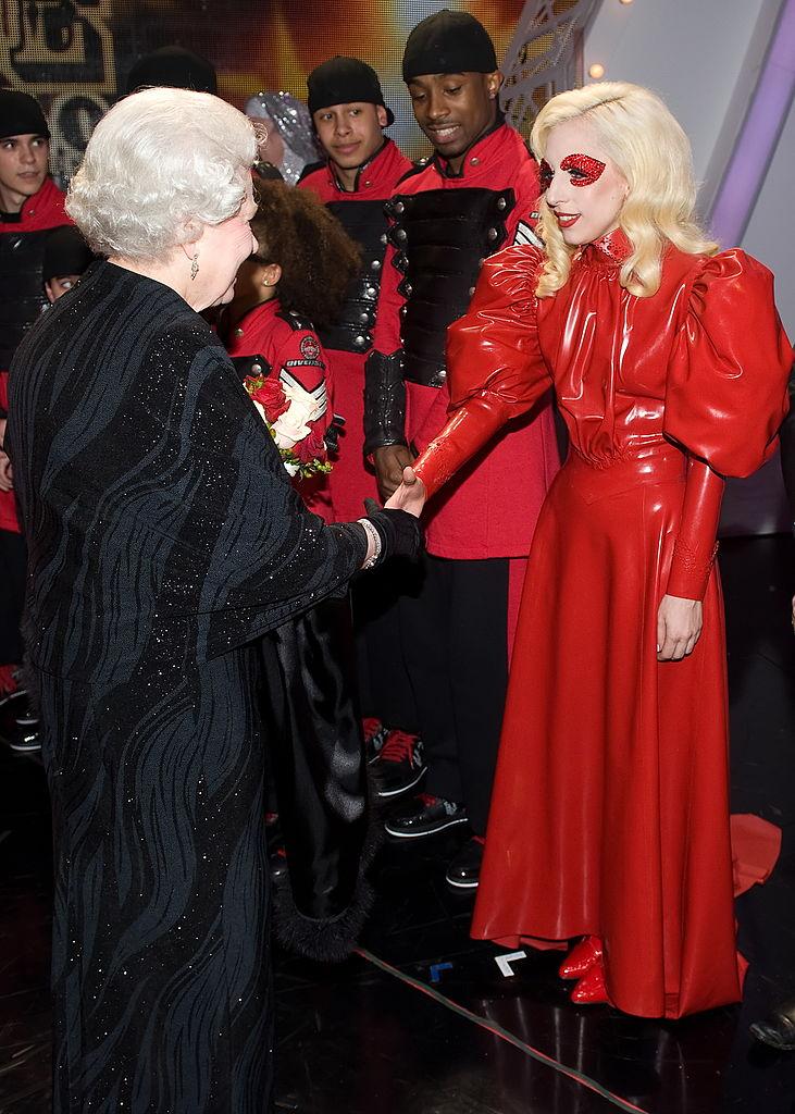 Звезды, которые нарушили правила этикета во время встречи с королевой Елизаветой II-Фото 3
