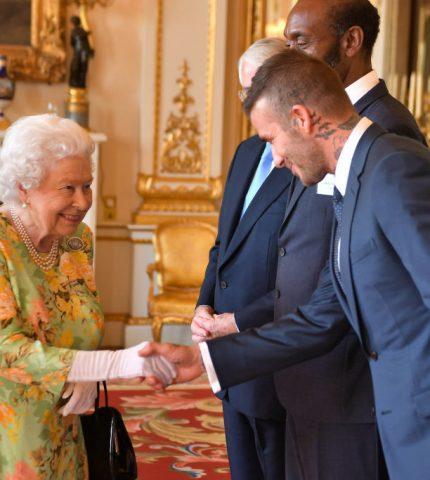 Звезды, которые нарушили правила этикета во время встречи с королевой Елизаветой II-Фото 1