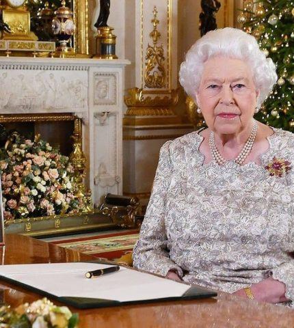 Елизавета II поддержала решение принца Гарри и Меган Маркл сложить королевские полномочия-430x480