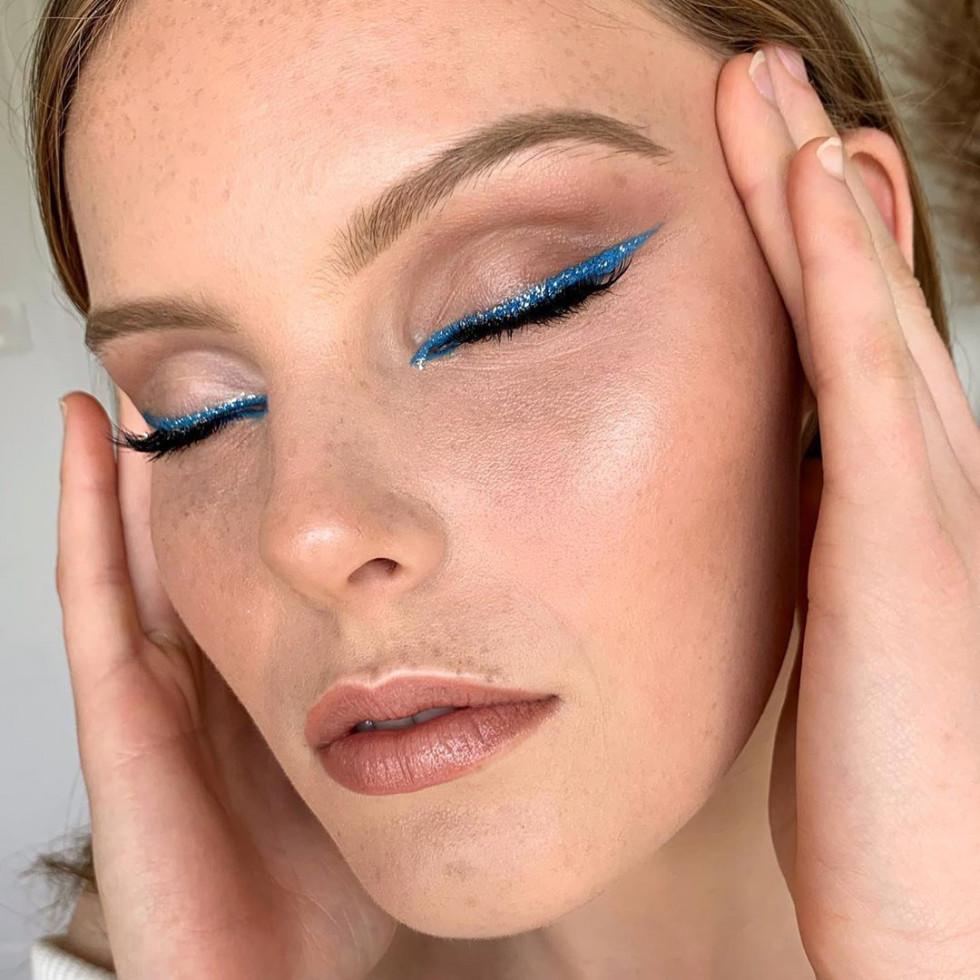 Макияж с главным цветом 2020 года — классическим синим-Фото 2