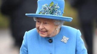 Елизавета II выразила поддержку Меган Маркл и принцу Гарри с помощью броши-320x180