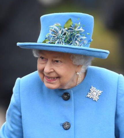 Елизавета II выразила поддержку Меган Маркл и принцу Гарри с помощью броши-430x480
