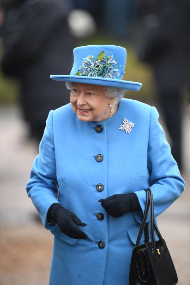 Елизавета II выразила поддержку Меган Маркл и принцу Гарри с помощью броши-Фото 1