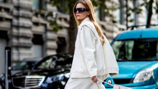 Тренд весны: белый костюм-320x180