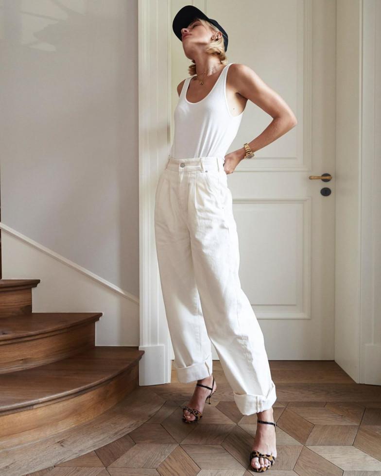 Как носить белые джинсы: 10 стильных образов-Фото 1