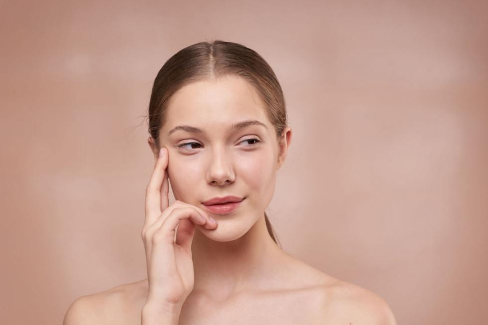 Как улучшить свой ежедневный уход за кожей вокруг глаз-Фото 3