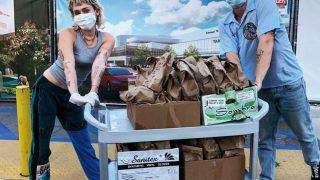 Майли Сайрус и Коди Симпсон накормили обедами врачей, борющихся с пандемией-320x180
