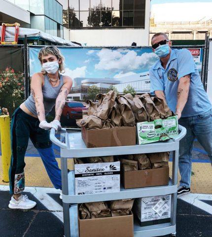 Майли Сайрус и Коди Симпсон накормили обедами врачей, борющихся с пандемией-430x480