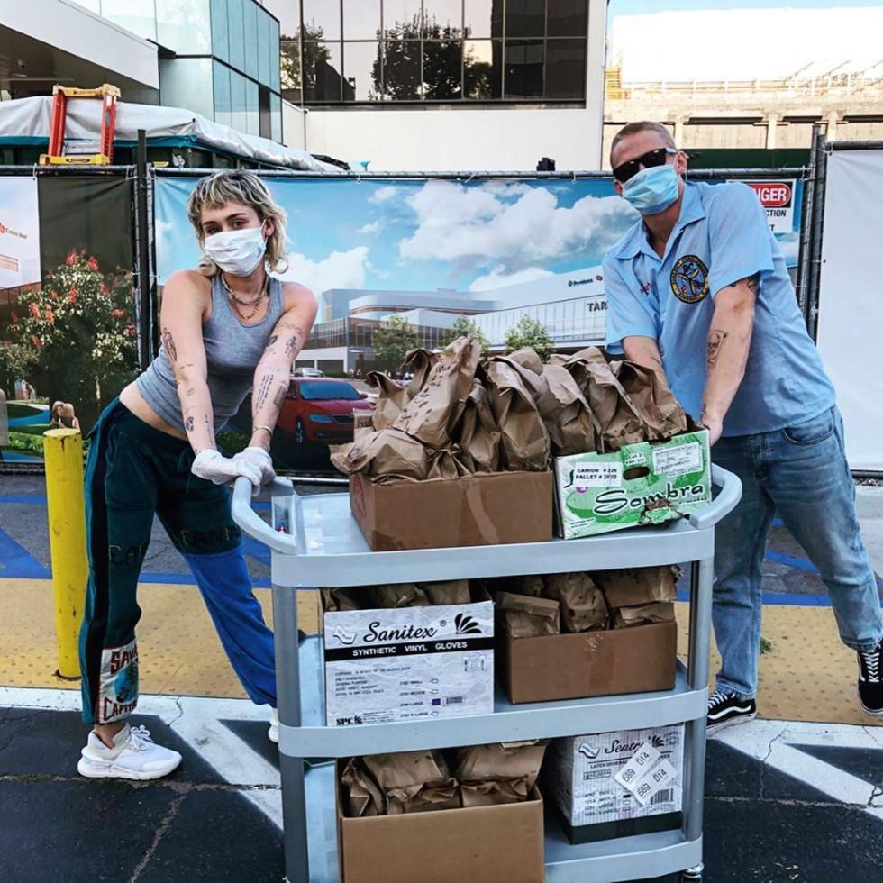 Майли Сайрус и Коди Симпсон накормили обедами врачей, борющихся с пандемией-Фото 1