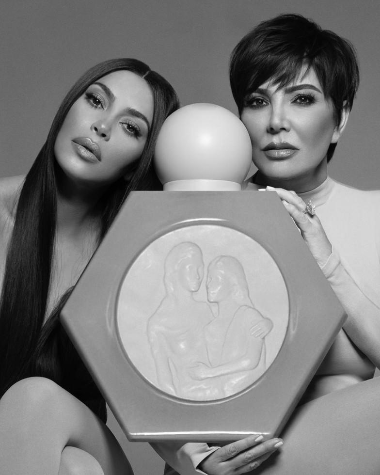 Ким Кардашьян представила новый аромат в коллаборации с Крис Дженнер-Фото 1