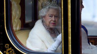 Елизавета II обратилась к британцам в связи с пандемией коронавируса-320x180