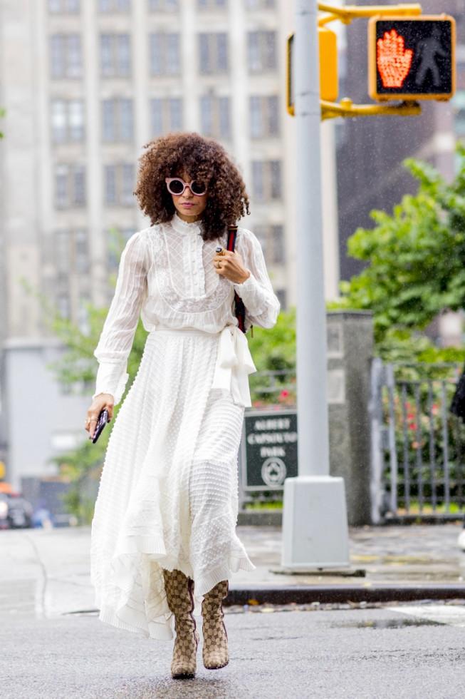 Не только на свадьбу: как носить трендовое белое платье-Фото 5