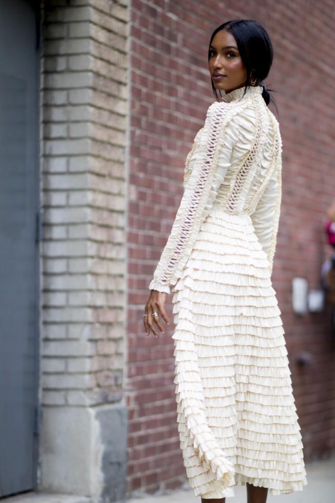 Не только на свадьбу: как носить трендовое белое платье-Фото 1