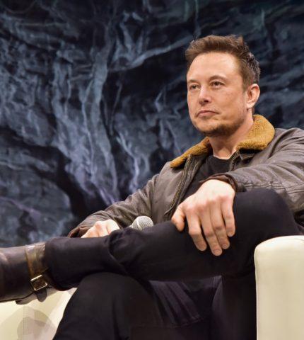Илон Маск и певица Граймс все-таки поменяли имя сыну-430x480