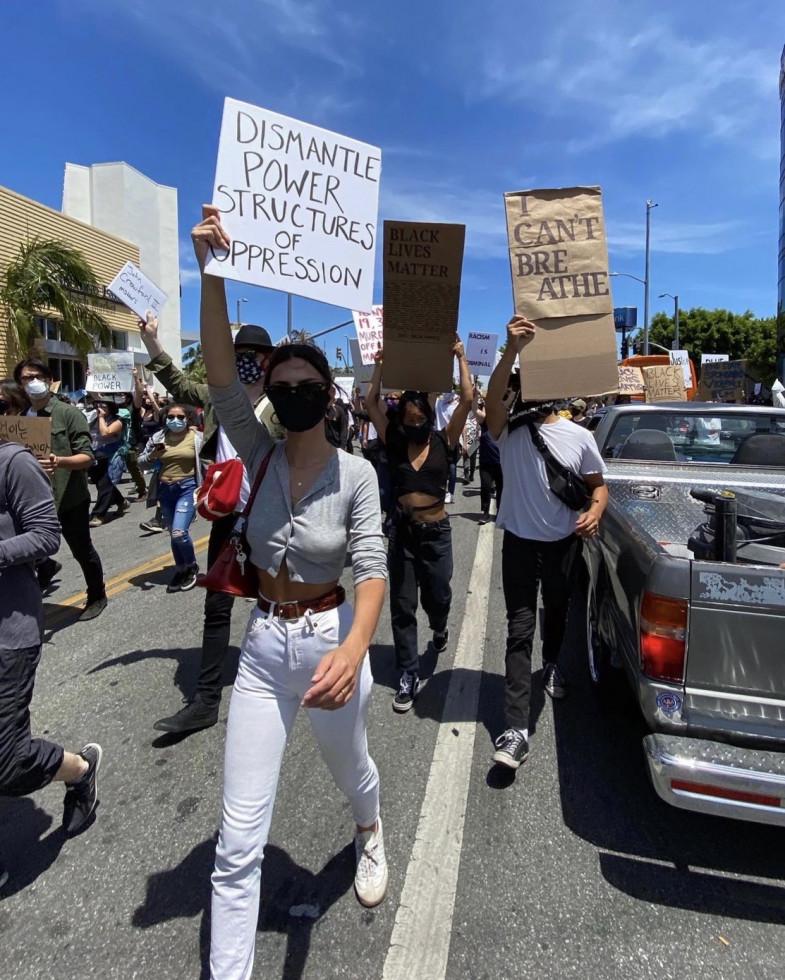 Ариана Гранде, Тимоти Шаламе, Эмили Ратаковски, Halsey и другие на митингах после смерти Джорджа Флойда-Фото 1