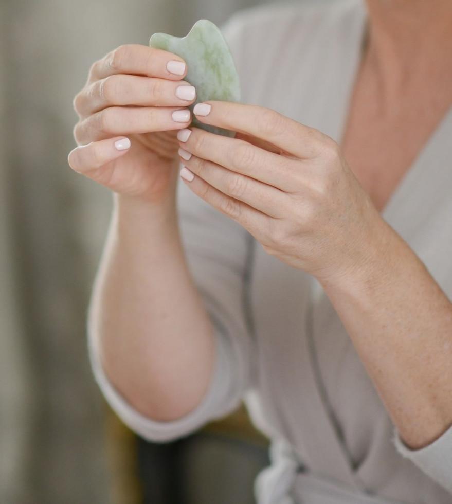 Гуаша — техника массажа, которая вернет коже сияние и упругость-Фото 4