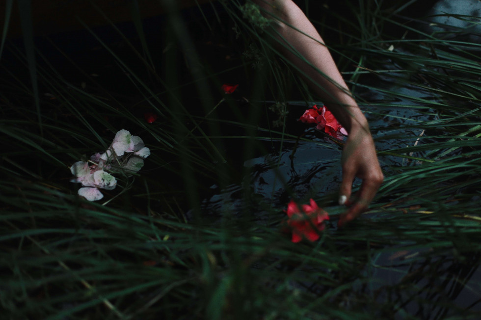 Where the wild roses grow. Эксклюзивная съемка Marie Claire X Le narcotique-Фото 9
