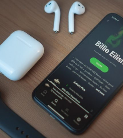 В Украине официально запустился музыкальный стриминг Spotify-430x480