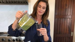 Рецепт молодости и красоты от Синди Кроуфорд: зеленый смузи-320x180