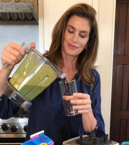 Рецепт молодости и красоты от Синди Кроуфорд: зеленый смузи-430x480