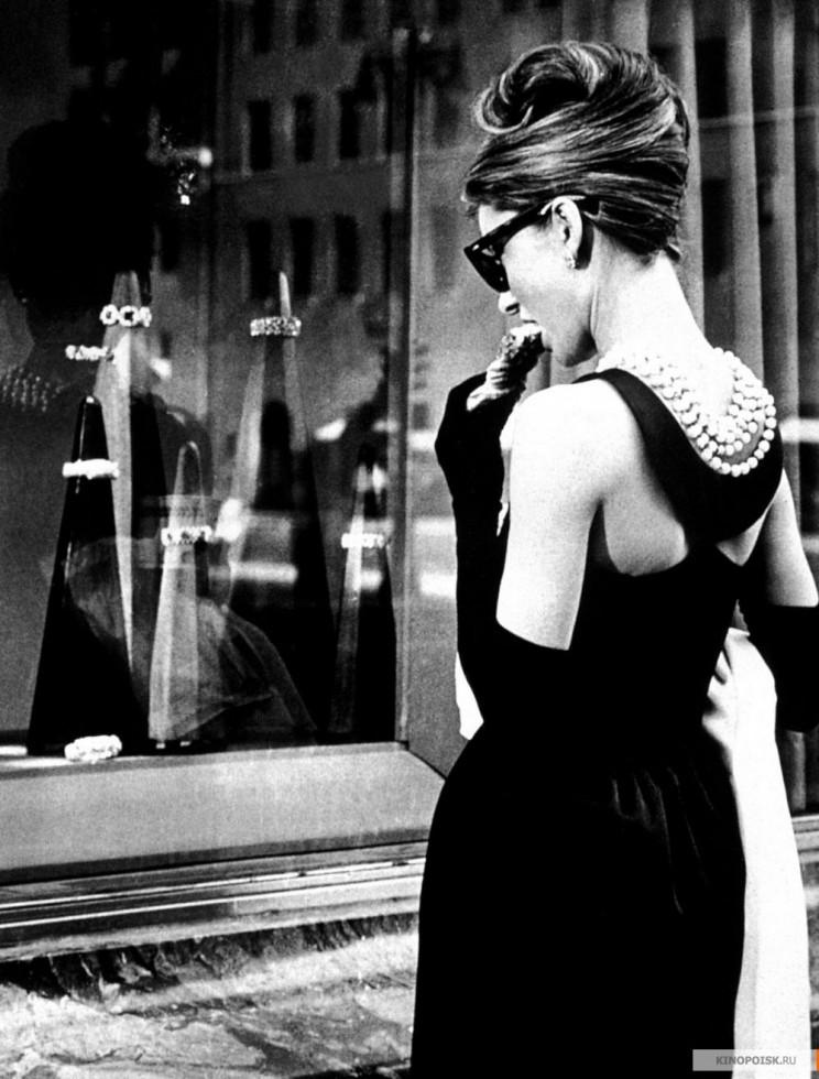 По стопам Коко: 10 легендарных маленьких черных платьев в кинематографе-Фото 4