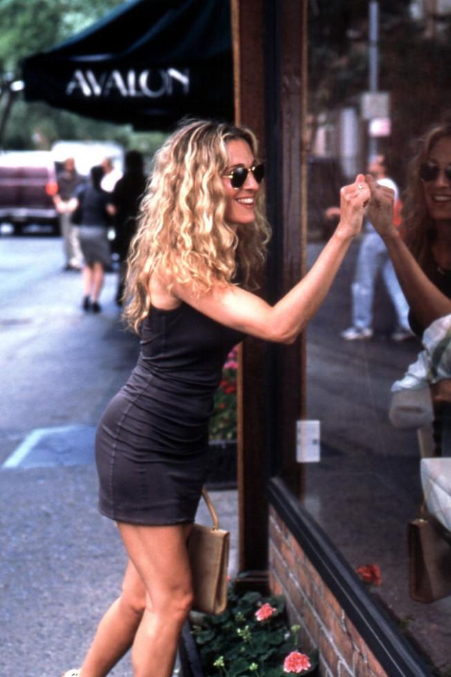 По стопам Коко: 10 легендарных маленьких черных платьев в кинематографе-Фото 7
