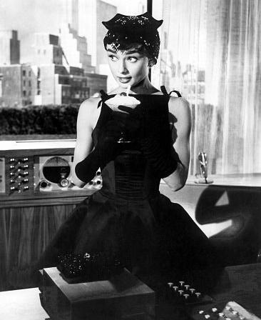 По стопам Коко: 10 легендарных маленьких черных платьев в кинематографе-Фото 5