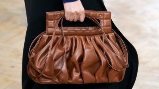 Ручная кладь: 10 самых модных форматов сумок сезона осень-зима 2020-320x180