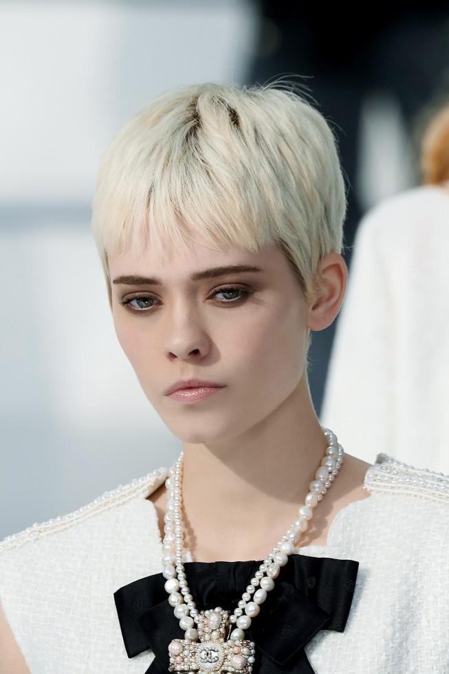 Микромода: Черты самой модной челки 2020 — по стопам Холли Голайтли-Фото 3
