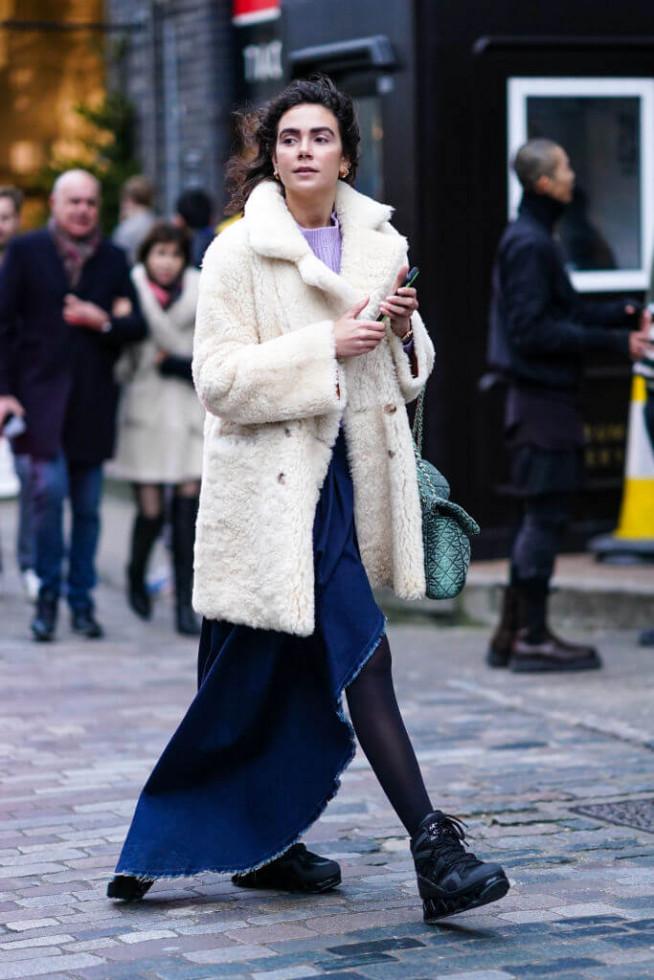 Жизнь в дениме: Самая универсальная юбка 2020 – 6 стильных сочетаний-Фото 8