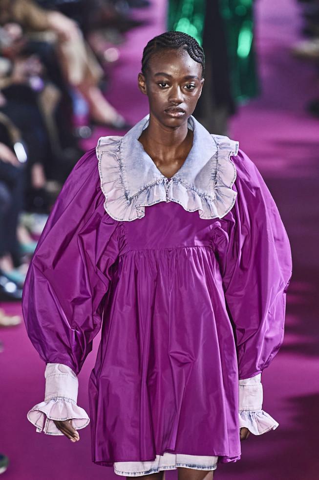 Самое модное платье осени 2020 — стильный нюанс для теплого дня-Фото 11